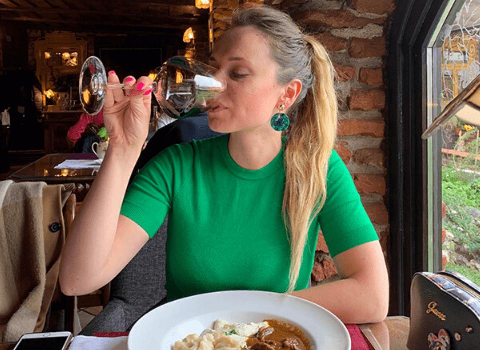 Andrea Pancur pije crveno vino