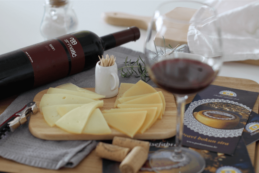 Vino i paški sir